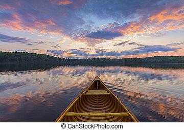 arco, de, un, cedro, canoa, en, un, lago, en, ocaso, -, ontario, canadá