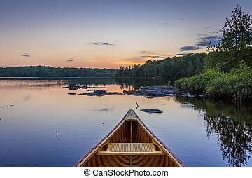 arco, di, uno, cedro, canoa, su, uno, lago, a, tramonto, -, ontario, canada