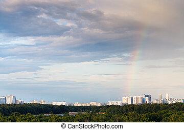 arco irirs, en, oscuridad, tarde, nubes, encima, ciudad