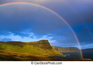 arco irirs, encima, un, dramático, costa, de, tierras altas escocesas, isla de skye, reino unido