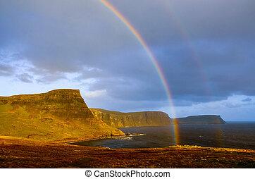 arco irirs, encima, un, dramático, litoral, de, tierras altas escocesas, isla de skye, reino unido