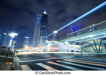 arco irirs, luz arrastra, sobre el calle, en, shanghai, lujiazui