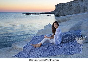 areia, basket., vinho, bonito, sentando, cobertor, feliz, praia, morena, observar, pôr do sol, mulher
