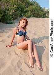 areia, mulher, swimsuit, sentando