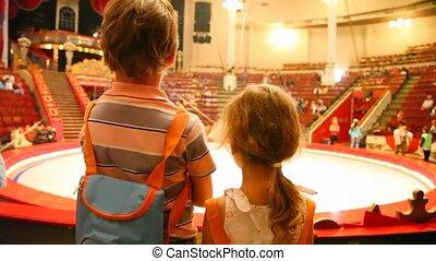 arena, dzieciaki, stoi, cyrk, dwa, przeciw, spełnienie, po