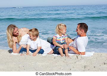 arena, familia feliz, sentado
