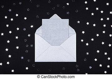 argent, gris, vide, carte, dans, ouvert, enveloppe, sur, arrière-plan noir, décoré, à, étoile, confetti.