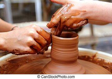 argila, oleiro, mãos, roda, cer㢭icas, trabalho, oficina,...