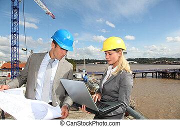 arkitekt, och, övervakare, kontroll, plats, konstruktion under