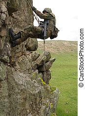 armado, militar, alpinista, escalando