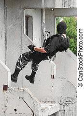 armado, soldado, en, negro, máscara, capturar, el, edificio