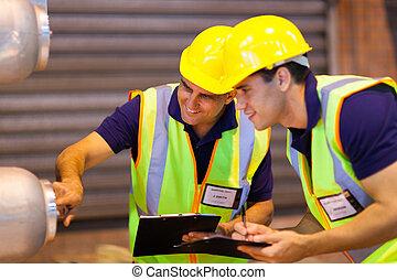 armazém, colegas trabalho, inspeccionando, maquinaria