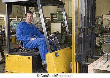 armazém, trabalhador, em, forklift