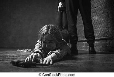 arme, femme, jeune, désespéré, atteindre