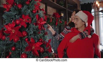 arms., chapeau, sien, balle, décorations, tenue, girl, branch., type, beau, noël, père noël, couples asiatiques, décore, séduisant, pendu, arbre, jeune, noël.