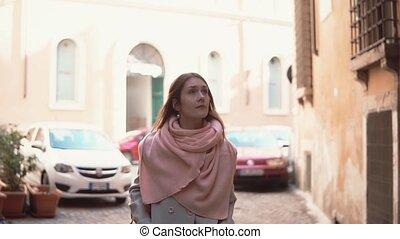 around., explorer, marche, femme, vieille ville, sac à dos, peu, jeune regarder, par, voyager, rue., girl