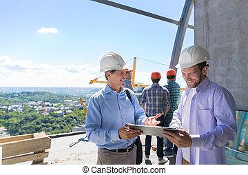 arquitecto, explicar, proyecto, plan, a, constructor, contratista, en, constuction, sitio