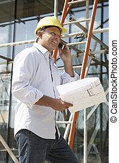 arquiteta, com, planos, exterior, repouso novo, falando telefone móvel