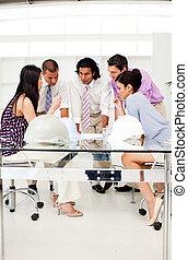 arquitetos, gerente, seu, desenhos técnicos, grupo, discutir, reunião