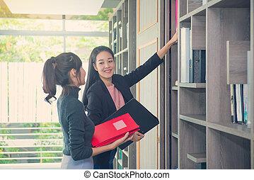 arquivos, pastas, negócio mulher, prateleiras, procurar, gabinete, ou