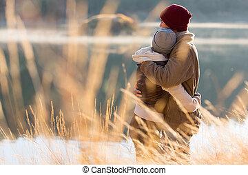 arrière affichage, de, jeune couple, étreindre, dans, hiver