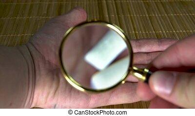 arrière-plan brun, mains, homme, blanc, loupe, deux, gencive, sous, coussins, étudier, au-dessus, vue