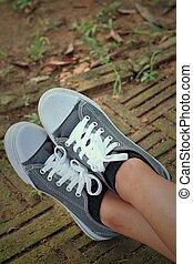 arrière-plan gris, chaussures, floor.