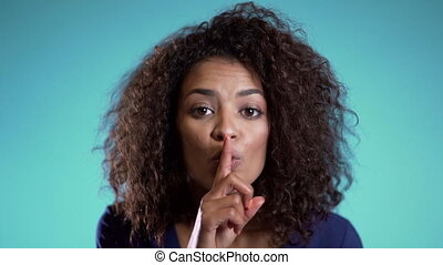 arrière-plan., tenue, lèvres, silence., bleu, fin, africaine, elle, américain, sur, haut., shhh, doigt, top secret, femme, geste