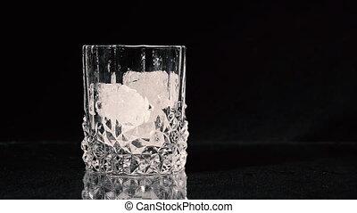 arrière-plan., verre, fin, tomber, noir, glace, cubes., whisky, être, haut., versé