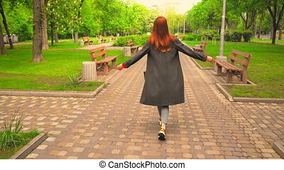 arrière, promenades, jouir de, femme, redheaded, dehors