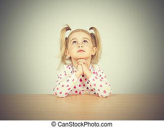arriba., mirar, poco, rezando, niña