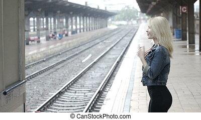 arrivée, femme, elle, jeune, plate-forme, attente, gare, ferroviaire, excité, petit ami