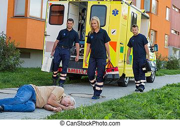 arrivare, paramedics, inconscio, uomo