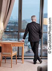 arrogante, sênior, homem negócios, refletir, perto, janela