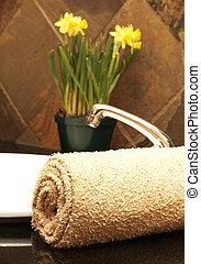 arrollado, cuarto de baño, flores, toalla, arriba