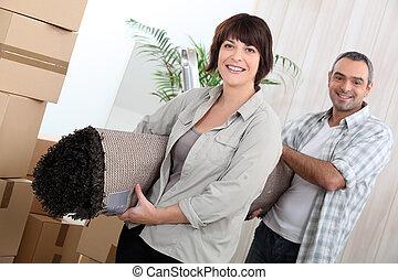 arrollado, pareja, rodeado, arriba, cajas, alfombra