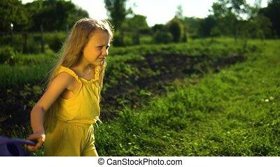 arrosage, bleu, danses, jeune, ciel, charismatic, contre, field., apparence, boîte, herbe verte, dame, fond, concept, bien-être