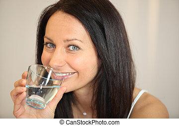 arrosez verre, boire, brunette