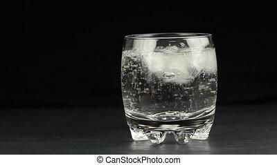 arrosez verre, cubes, minéral, glace