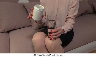 arrosez verre, femme, mettre, pilule