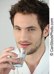 arrosez verre, jeune homme