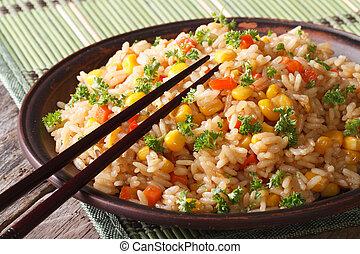 arroz frito chino, con, huevos, maíz, y, especias,...