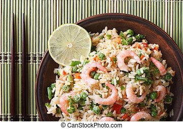 arroz frito, con, camarón, y, vegetales, primer plano,...