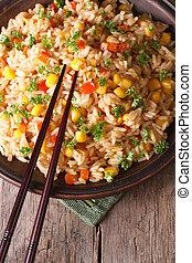 arroz frito, con, huevos, maíz, y, especias, y, palillos