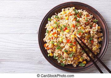 arroz frito, con, huevos, maíz, y, perejil, primer plano,...