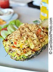 arroz frito, con, variedad, de, ingredientes, en, piña