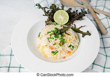 arroz frito, con, vegetales, y, carne, tailandés, comida.