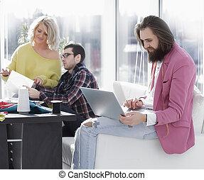 art- weise entwerfer, arbeiten, a, laptop, in, a, kreativ, buero