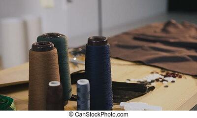 art- weise entwerfer, studio., atelier., tisch, in, mode, atelier, dahin, ar, rollen, von, faden, schere, meter, gewebe, proben, und, schlösser