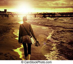 arte, imagen, de, mujer joven, ambulante, por, el, playa